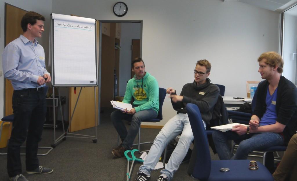 Tutoren bei der Reflexion über die Methode Think Pair Sahre (Foto: J. A. Rohde)