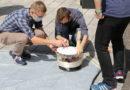 Studierende des Orientierungsstudiums bauen einen Desinfektionsroboter