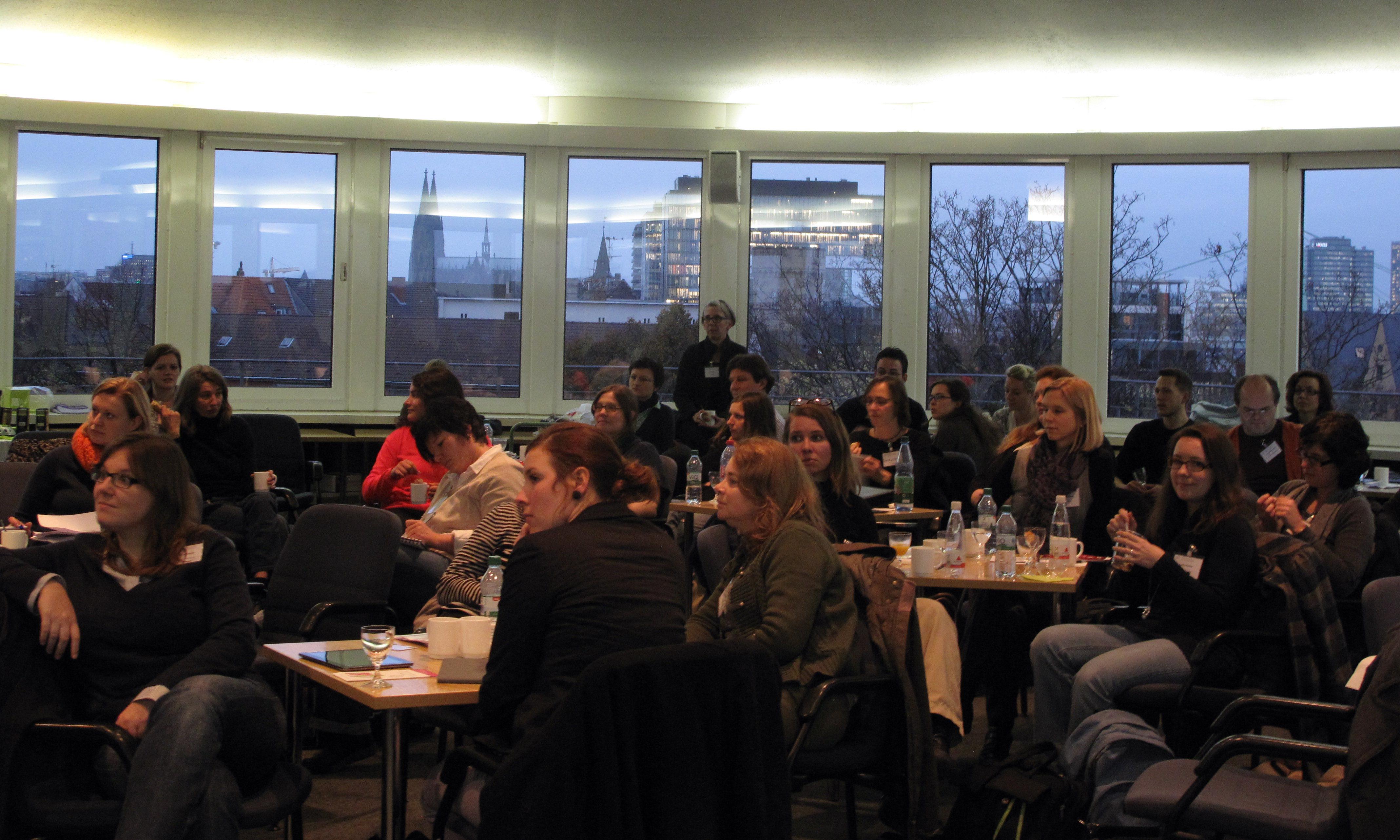 Die Netzwerkmitglieder bei der Arbeit im Tagungsraum mit Panoramablick (Foto  ZaQwW)